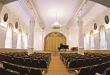 в концертном зале Оренбургского государственного института искусств им. Л. и М. Ростроповичей