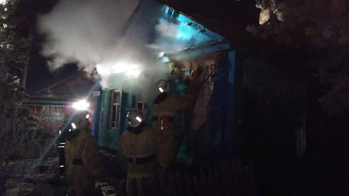 Ранним утром пожар унес две человеческие жизни
